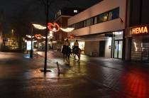 Politiepaarden surveilleren door de straten van Heerenveen