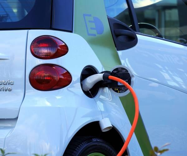 VVD-fractie Heerenveen stelt vragen over parkeerboetes Elektrische Auto's