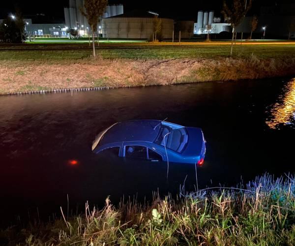 Auto te water aan de Saturnus in Heerenveen