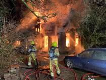 Felle woningbrand in Langezwaag, bewoner raakt gewond