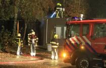 Schuur achter woning  in brand aan de Hegedyk in Luxwoude