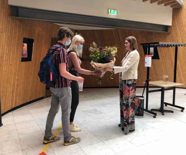 Bloemen voor eerste bezoekers Museum Heerenveen