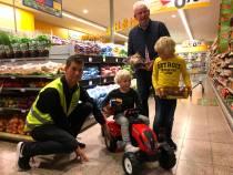 Wâldgieltsjeboer reikt 100e wâldgieltsjetrekker uit aan 3-jarige
