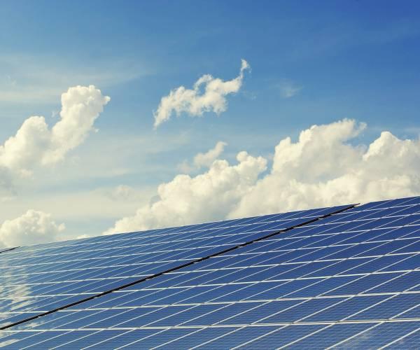 Politieke besluitvorming en zakelijke zonnepanelen