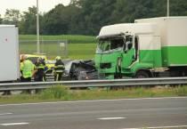 Politie zoekt vrachtwagenchauffeurs die geholpen hebben bij ongeluk op A32