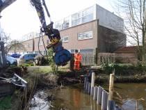 Aannemer Jelle Bijlsma bezig met werkzaamheden aan waterkeringen