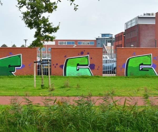 Fans FC Groningen brengen graffiti aan op muur bij pand Groenewegen Advocaten