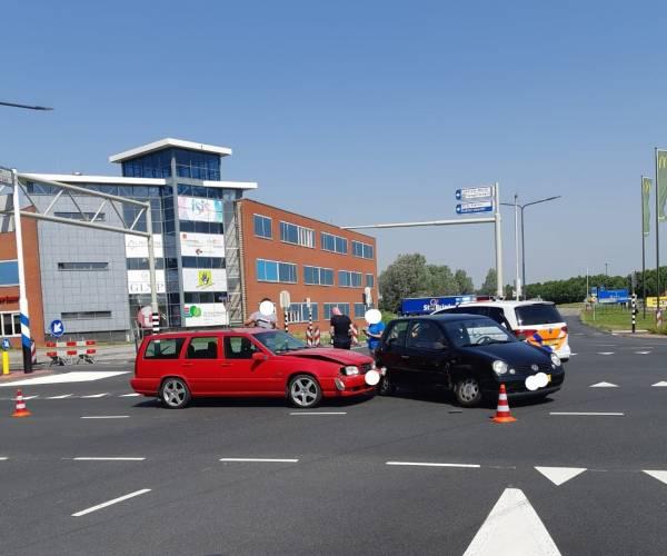 Auto's botsen op kruising K.R. Poststraat in Heerenveen