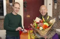 Wim Swart onderscheiden met de regenboogprijs