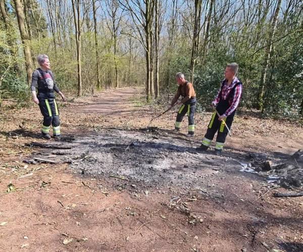 Brandweer blust smeulend kampvuur in natuurgebied de Kiekenberg