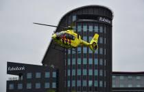 Traumahelikopter bij Abe Lenstra Stadion trekt veel bekijks