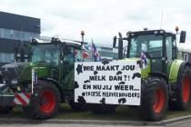Boeren houden kort protest bij distributiecentrum Lidl voor hogere melkprijs