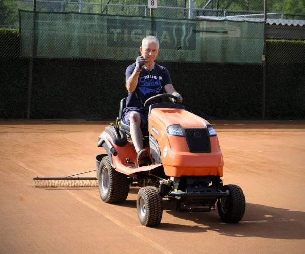 """Douwe de Jager (70) is groundsman bij tennisvereniging Ten Woude: """"Ik ben wel een man van het bijhouden"""""""
