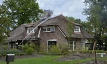 Brand in rietenkap van woning aan de Marijkemuoi Wei in Oranjewoud