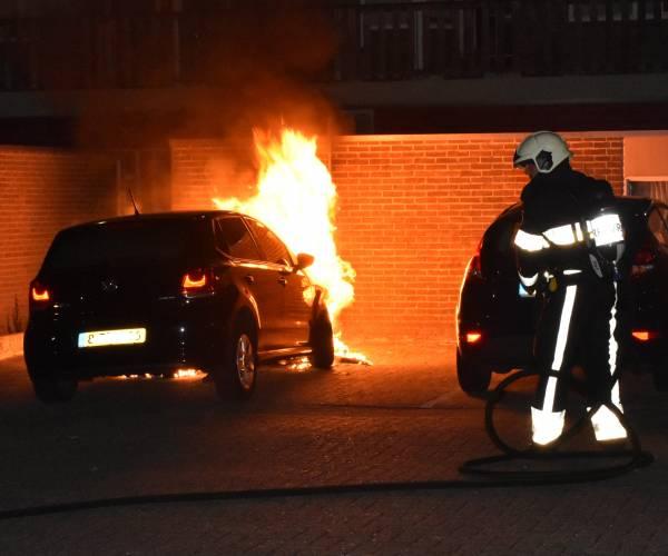 Auto in brand op parkeerterrein achter appartementencomplex aan de Nieuwstraat