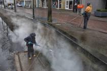 Schoonmaakwerkzaamheden aan de kademuur van het Van Harenspad en Lindegracht