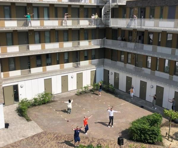 Wethouder Jelle Zoetendal danst mee tijdens balkonbeweegdag