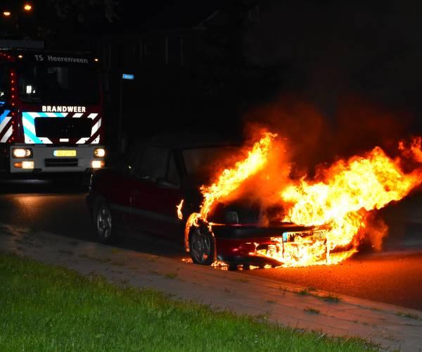 Auto in brand aan de Munt in Heerenveen