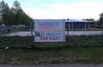 Protestdoek tegen anderhalve meter samenleving opgehangen bij Sportstad