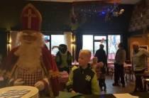 Sinterklaas deelt pannenkoeken uit bij cafetaria en eetcafé O.D.L in Luinjeberd