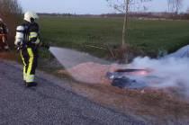 Brandweer blust bult houtsnippers in Luxwoude