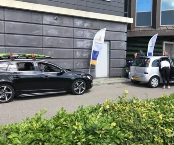 VV Akkrum en Speelgoedbank Heerenveen ontvangen cheque van coöperatiefonds Rabobank