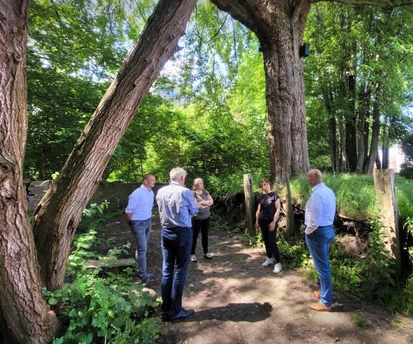 Wethouders uit Harlingen brengen bezoek aan Le Roy Tuin in Heerenveen
