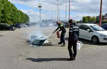 Politie blust containerbrand bij Mc Donalds, brandweer blust na