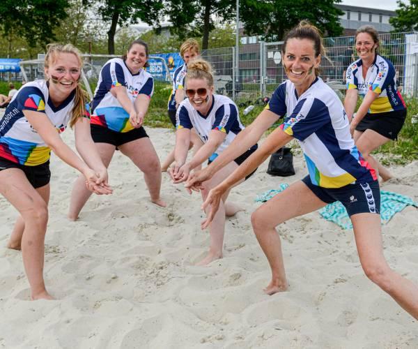 FOTO'S / Bedrijven in actie tijdens beachvolleybaltoernooi bij Sportstad