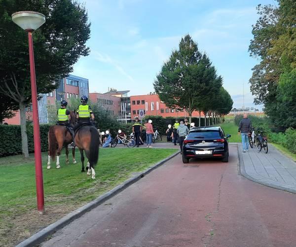 Politie sluit groep baldadige supporters in