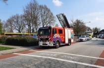 Jongetje klem in boom, brandweer schiet te hulp