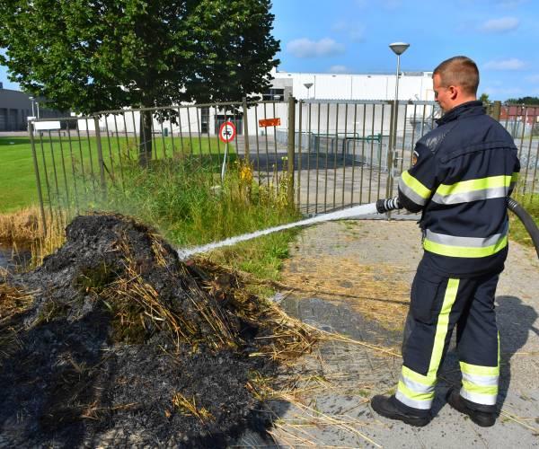 Brandweer rukt uit voor buitenbrand tegenover kazerne