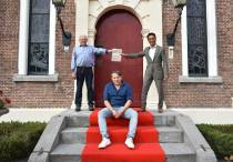 """Eerste exemplaar """"Nuveraardige Ferhalen ut de gemeente It Hearrenfean"""" voor burgemeester Tjeerd van der Zwan"""