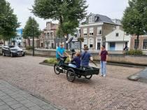 Epke Zonderland op de bakfiets door Heerenveen