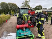 Onkruidbrander op tractor vliegt in brand tijdens werkzaamheden