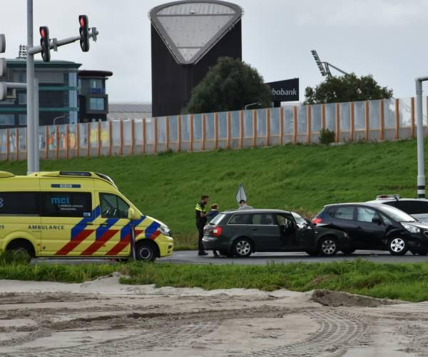Auto's botsen op de K.R. Poststraat in Heerenveen