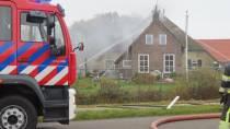 FOTO'S / Brand in boerderij met rieten dak aan de Schoterlandseweg in Hoornsterzwaag