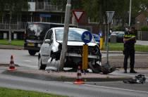Auto botst tegen lantaarnpaal op de Oude Veenscheiding