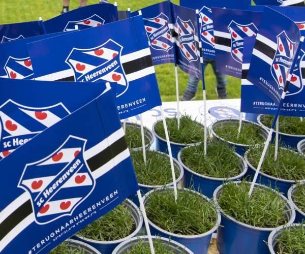 Oude grasmat in 750 bloempotten verdeeld onder fans sc Heerenveen