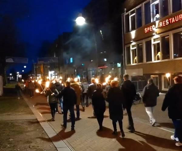 Fakkeltocht door centrum Heerenveen als protest tegen coronamaatregelen