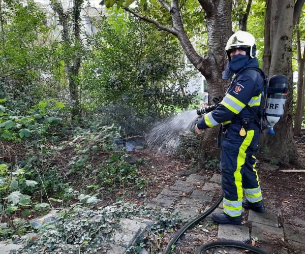 Brandweer blust buitenbrandje in Le Roy tuin