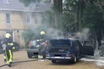 Auto in brand aan de Wide Stege in Akkrum