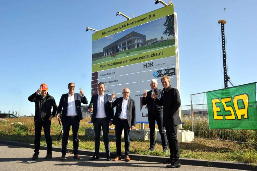 vlnr: Aannemer Henk Lamein, Wim van Nispen, Jurjen Ypma, Jaap de Wit, Jans Enting
